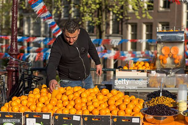 orange juice vendor on kingsday - merten snijders 個照片及圖片檔