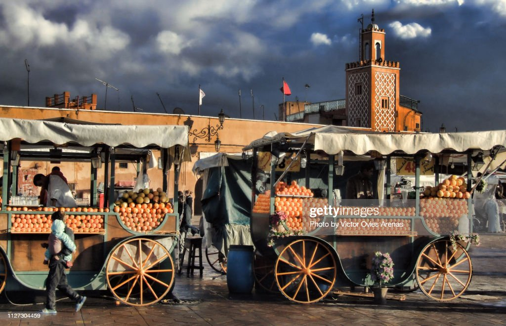 Orange juice vendors in Jemaa el-Fnaa square Marrakech, Morocco : Foto de stock