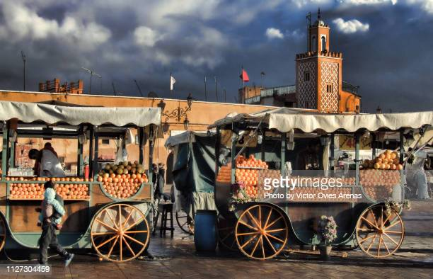 orange juice vendors in jemaa el-fnaa square marrakech, morocco - victor ovies fotografías e imágenes de stock