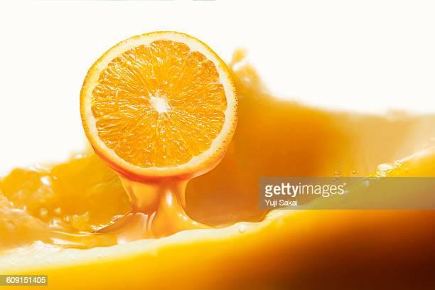 orange jump out from orange juice - juteux photos et images de collection