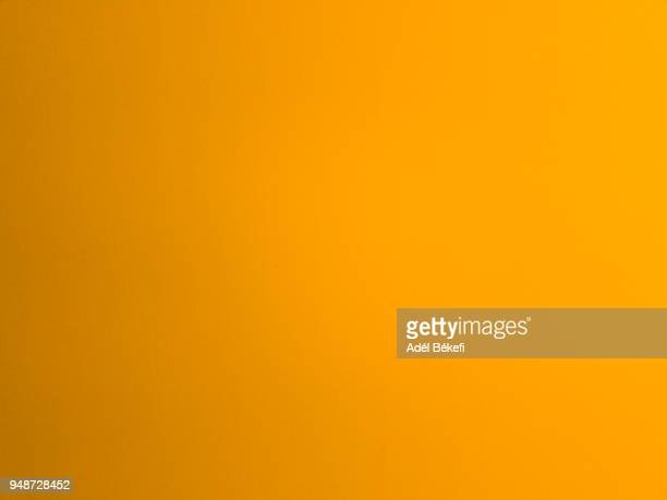 orange painted background - orange couleur photos et images de collection
