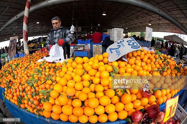 Orange vendedor en el mercado local de Antalya