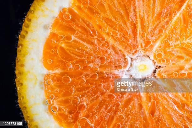 orange slice in seltzer water - juteux photos et images de collection