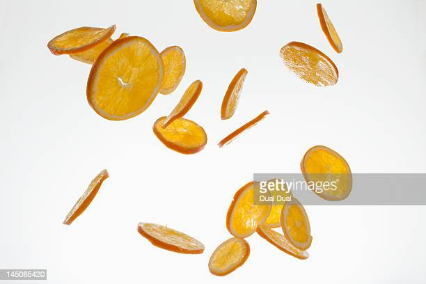 orange slices against a white background - aliment en portion photos et images de collection