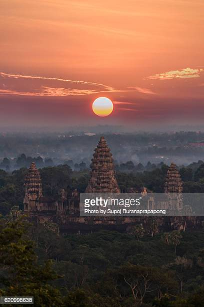 orange sunrise at angkor wat , siem reap , cambodia - kambodschanische kultur stock-fotos und bilder