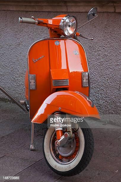 orange vespa scooter. - vespa stock-fotos und bilder