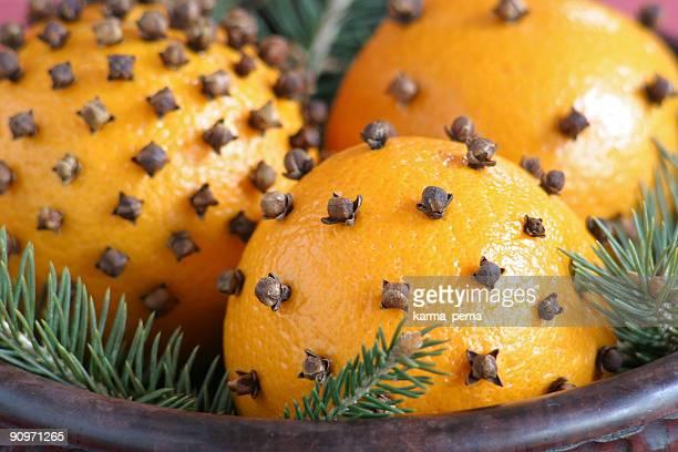 orange mit gewürznelke - gewürznelke stock-fotos und bilder