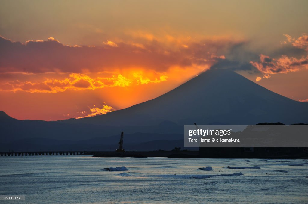 Orange-colored clouds on Mt. Fuji in Japan, after sunset : Stock-Foto