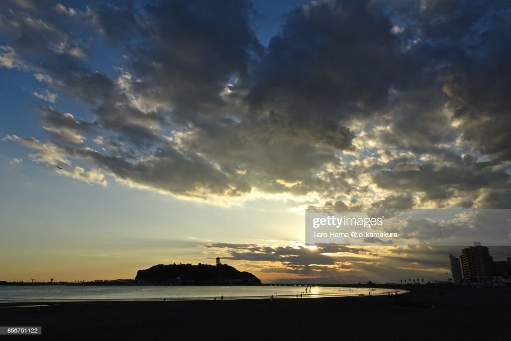 Orange-colored sunset clouds on Enoshima Island and Izu Peninsula : ストックフォト