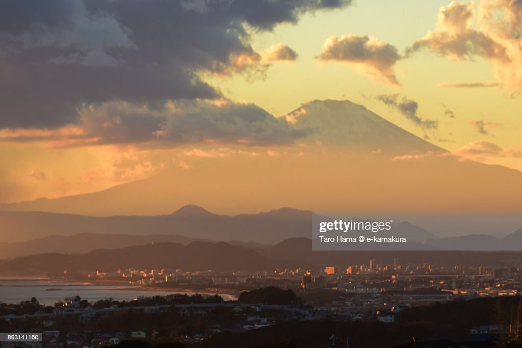 Orange-colored sunset clouds on Mt. Fuji and Sagami Bay in Japan : Stock-Foto