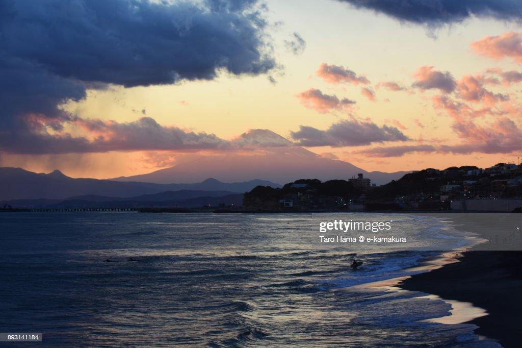 Orange-colored sunset clouds on Mt. Fuji and Sagami Bay : Stock-Foto