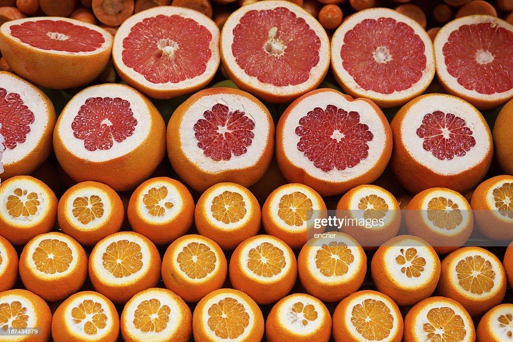 Laranjas e grapefruits num mercado Turco : Foto de stock