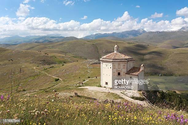 oratorio di santa maria della pietà au rocca calascio, des abbruzes - gran sasso d'italia foto e immagini stock