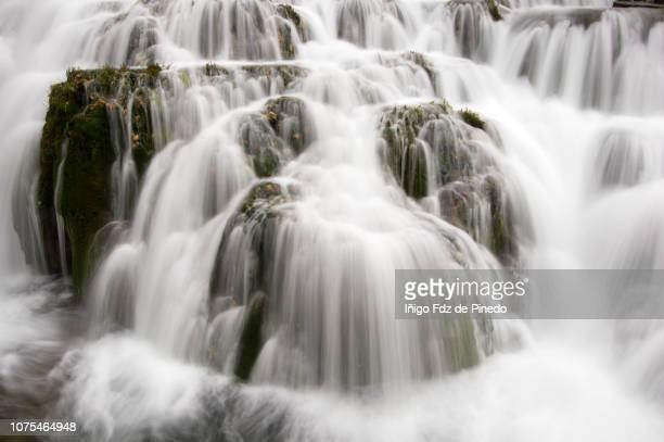 orbaneja del castillo waterfall, autonomous community of castile and león, burgos province, spain. - orbaneja del castillo photos et images de collection