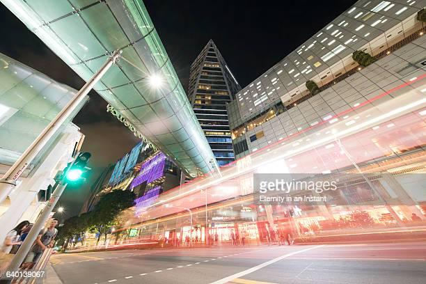 orchard road at night, singapore - orchard road fotografías e imágenes de stock