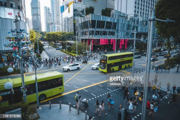 cruce de orchard road en singapur - orchard road fotografías e imágenes de stock