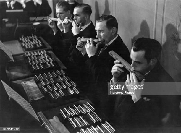 Orchestre de neuf cents harmonicas jouant Beethoven à Berlin Allemagne Un musicien soliste pouvant avoir jusqu'à 36 harmonicas