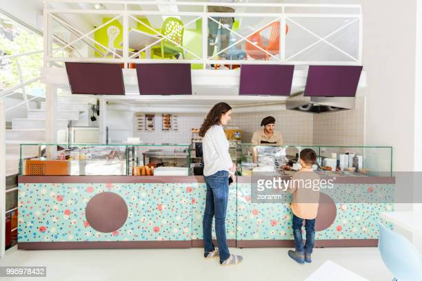 ordenação no balcão - fast food - fotografias e filmes do acervo