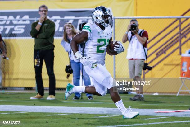 Oregon Ducks running back Royce Freeman runs the ball in for a touchdown during the college football game between the Oregon Ducks and the Arizona...