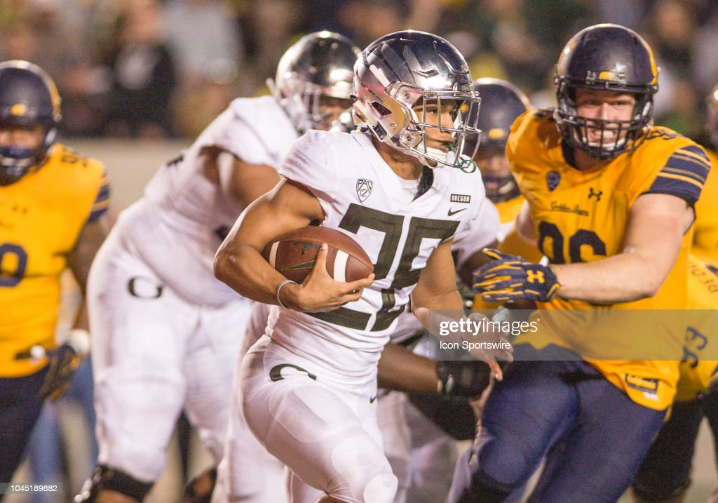 factory authentic 729b1 7515b Oregon Ducks running back Travis Dye in action during the ...