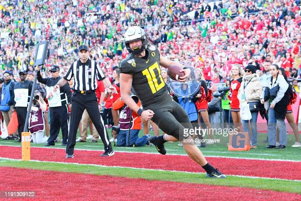 Oregon Justin Herbert runs for a touchdown during the Rose Bowl game between the Wisconsin Badgers and the Oregon Ducks on January 1, 2020 at the...