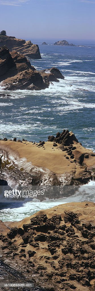 USA, Oregon, near Charleston, waves breaking on rocks at Shore Acres State Park : Foto stock