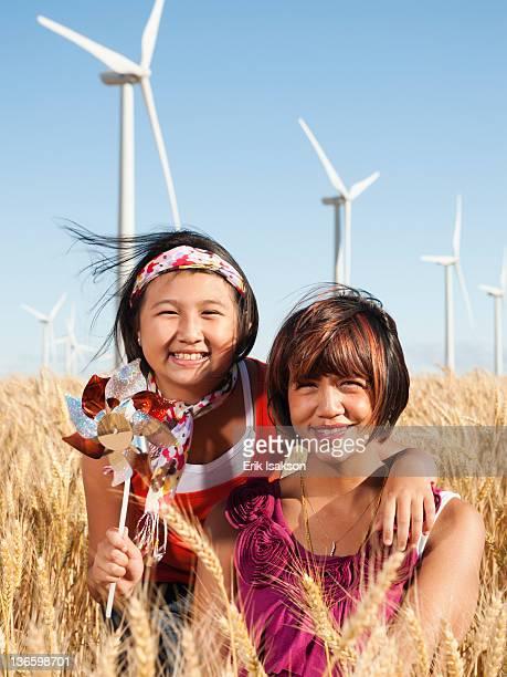 usa, oregon, wasco, portrait of two girls (10-11, 12-13) standing in wheat field, wind turbines in background - caucasian 11 12 girl portrait vertical beautiful stockfoto's en -beelden
