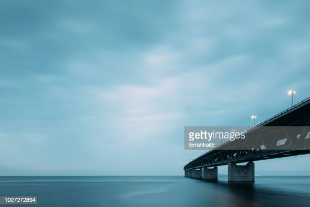 oresund bridge at dusk - regione dell'oresund foto e immagini stock