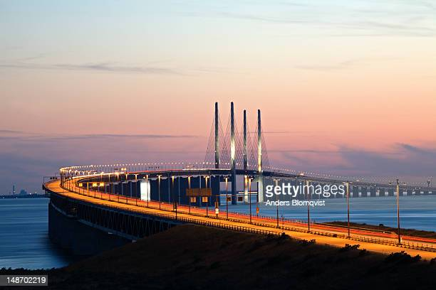 oresund bridge at sunset. - regione dell'oresund foto e immagini stock