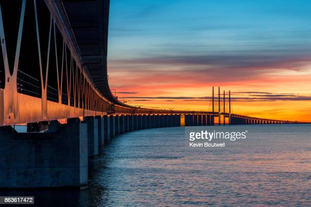 oresund bridge at sunset - regione dell'oresund foto e immagini stock