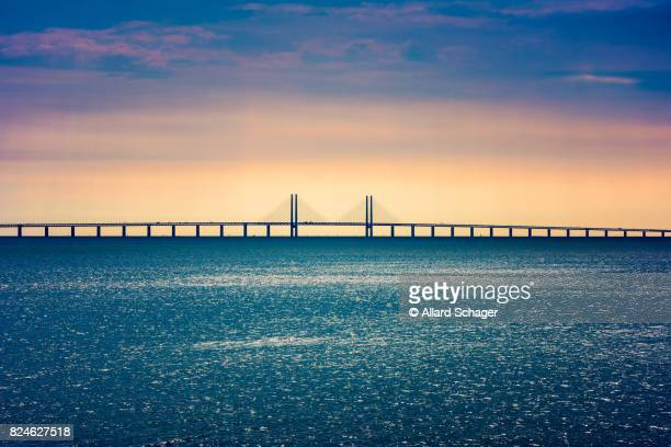 oresund bridge connecting copenhagen denmark and malmo sweden - regione dell'oresund foto e immagini stock
