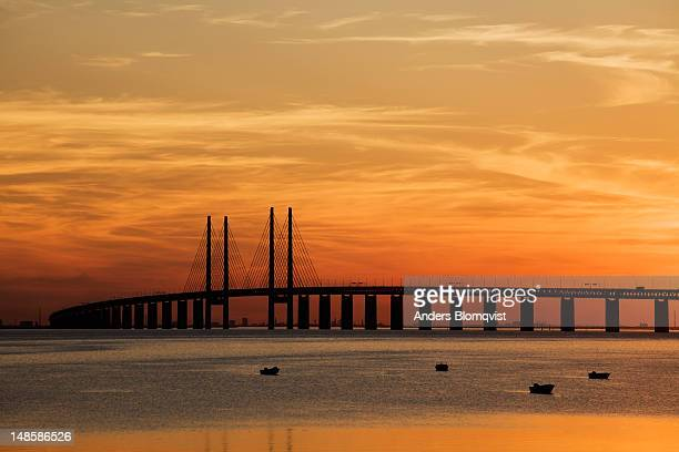 oresund bridge from bunkeflostrand at sunset. - regione dell'oresund foto e immagini stock
