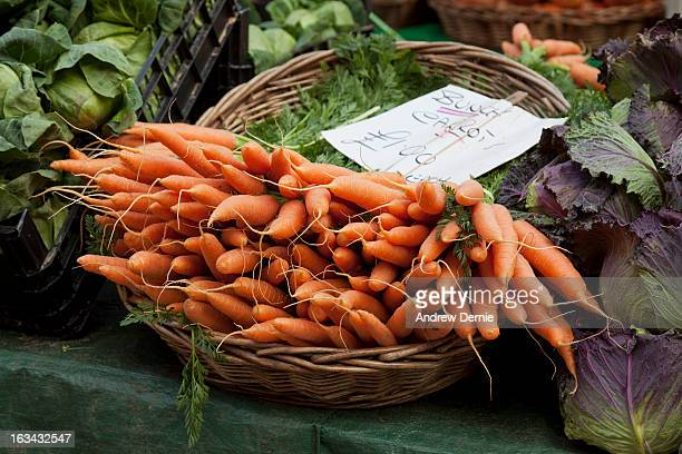 organic carrots - andrew dernie photos et images de collection