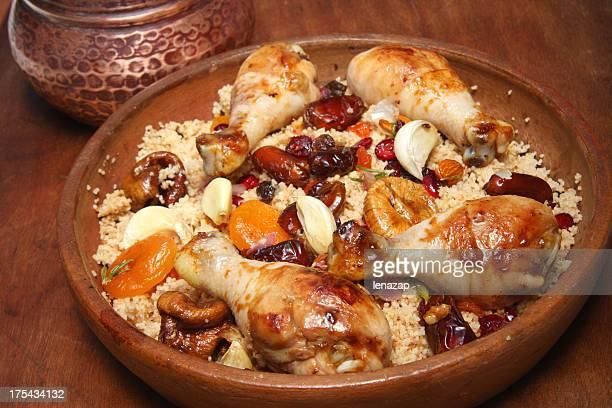 couscous bio avec fruits séchés et de poulet - couscous photos et images de collection
