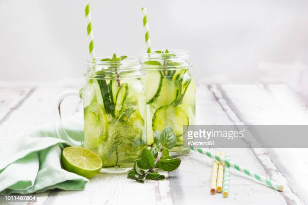 organic cucumber water with mint and lime - pepino fotografías e imágenes de stock