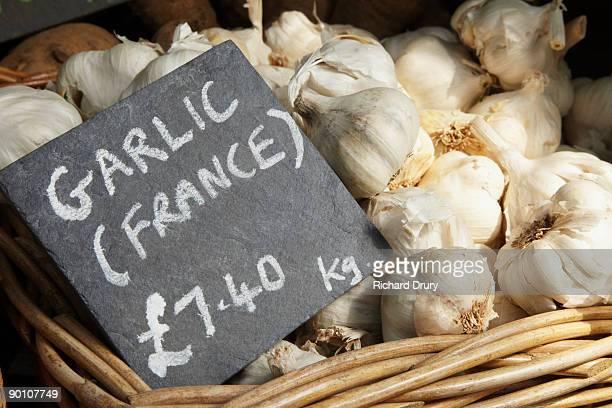 organic garlic on market stall - richard drury stock pictures, royalty-free photos & images