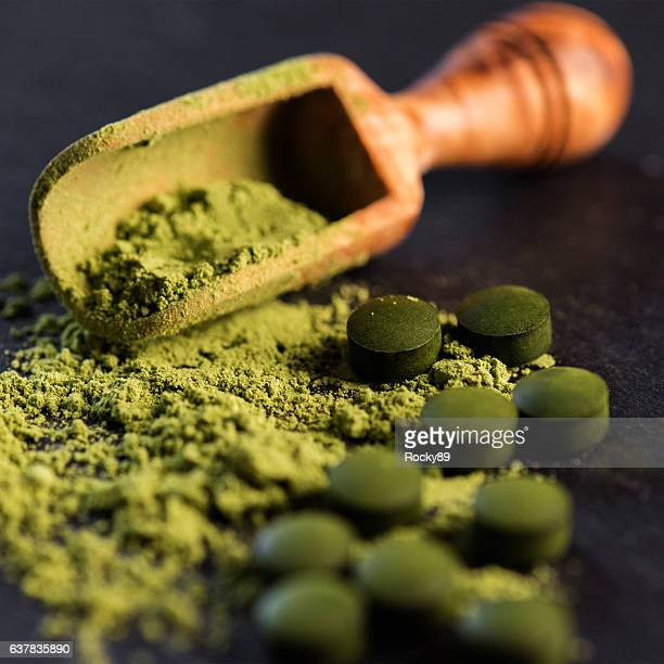 organic spirulina powder and tablets - chlorophyll stock pictures, royalty-free photos & images