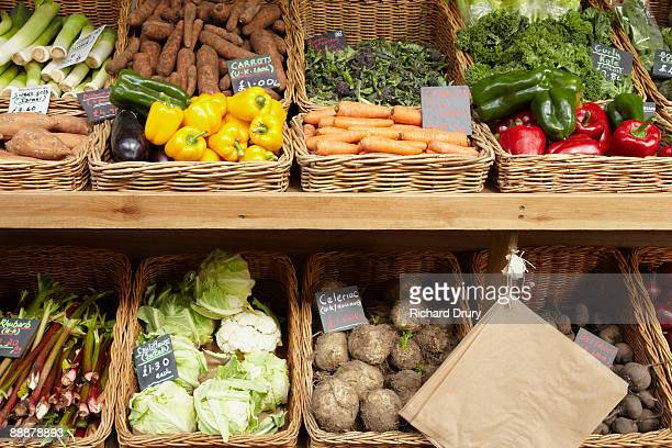 organic vegetables at farmers market - richard drury stock pictures, royalty-free photos & images