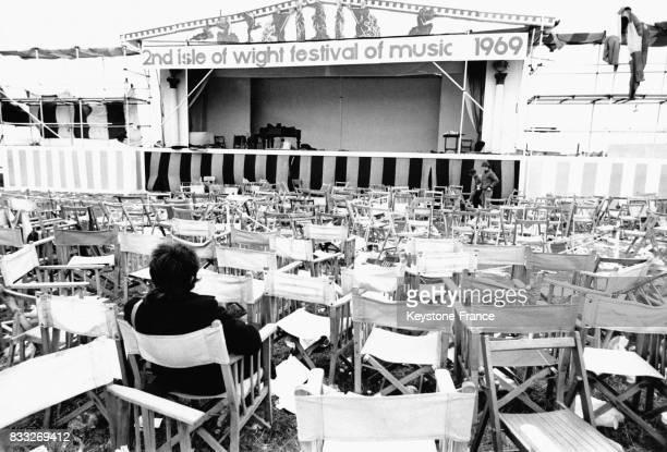 Organisateurs admirant les chaises et la scène vides après la fin des concerts du festival de l'Ile de Wight, à Newport, Royaume-Uni, le 1er...