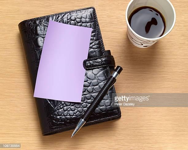 organiser with blank postit note - クロコダイル革 ストックフォトと画像