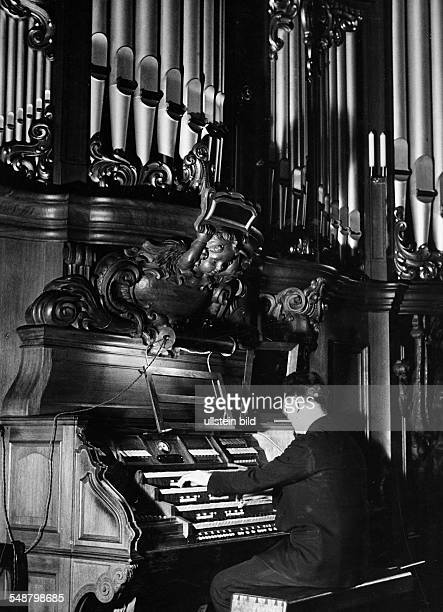 Organist about 1955 Photographer Heinz von Perckhammer Vintage property of ullstein bild