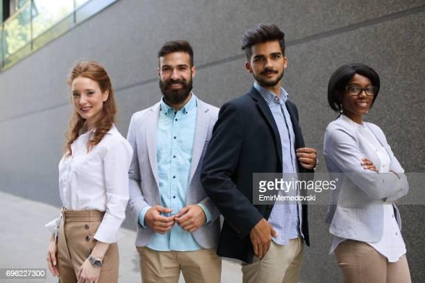 Photo de groupe organisé quatre succès des gens d'affaires à l'extérieur