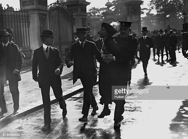 Emmeline Pankhurst Suffragette Leader Arrested Outside Buckingham Palace