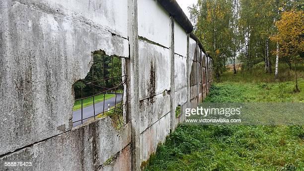 original parts of the wall between east and west - osten stock-fotos und bilder