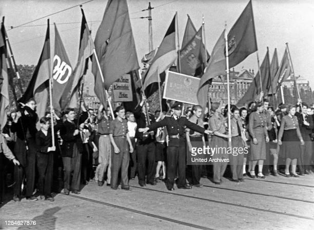 FDJ und Massenorganisationen mit ihren Fahnen warten auf die Freigabe der Brücke für den Verkehr Dresden SBZ 1940er Jahre