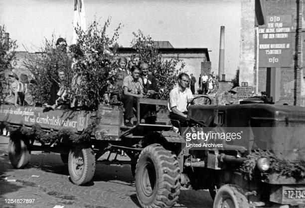 """Original-Bildunterschrift: """"Viele geschmückte Wagen wurden auf dem Kulturtreffen der Sorben in Bautzen im Demonstrationszug für Freundschaft,..."""