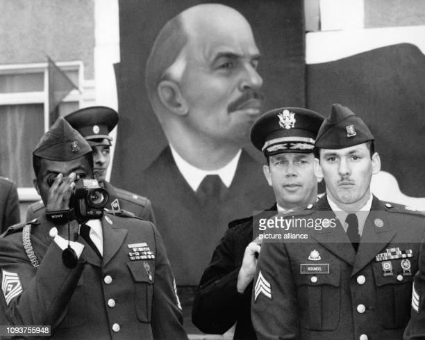 OriginalPressemeldung der DDRNachrichtenagentur ADN auf der Rückseite des Bildes 'Berlin 291990 Tag der offenen Tür in sowjetischer Garnison...