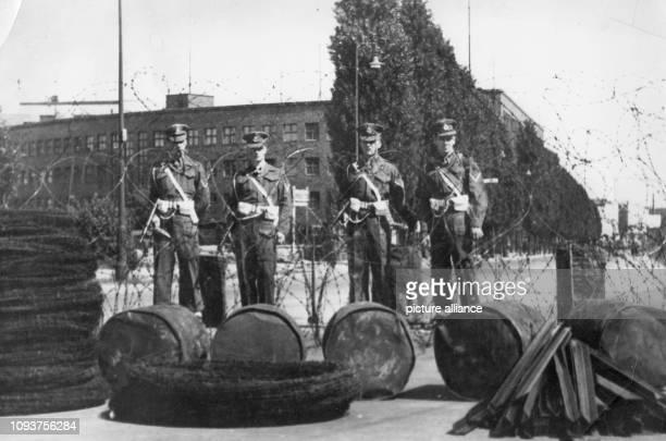 OriginalPressemeldung der DDRNachrichtenagentur ADN auf der Rückseite des Bildes 'Britische MP provoziert die Berliner Mit Stacheldraht Teertonnen...