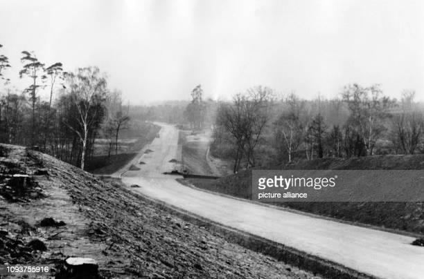 OriginalPressemeldung der Fotoagentur Illus Bilderdienst die später im DDRNachrichtendienst ADN aufging auf der Rückseite des Bildes 'Dezember 1951...