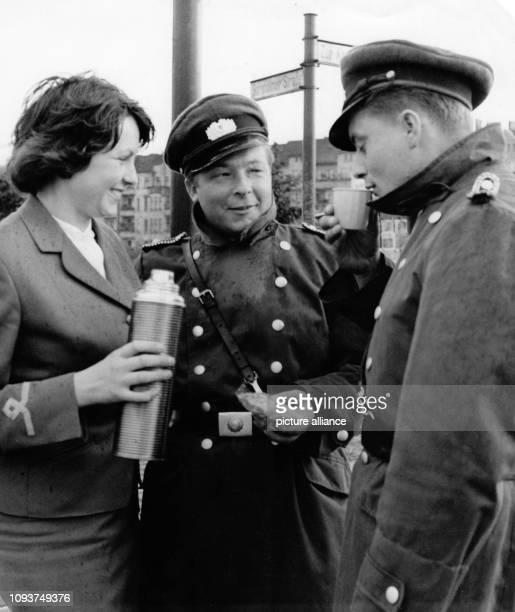 OriginalPressemeldung des DDRNachrichtendienstes ADN auf der Rückseite des Bildes Berlin 16861 Stewardessen überbrachten Geschenke Heißen Kaffee...